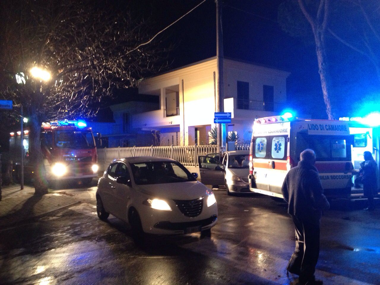 Incidente a Lido, due feriti: intervengono anche i vigili del fuoco (foto)