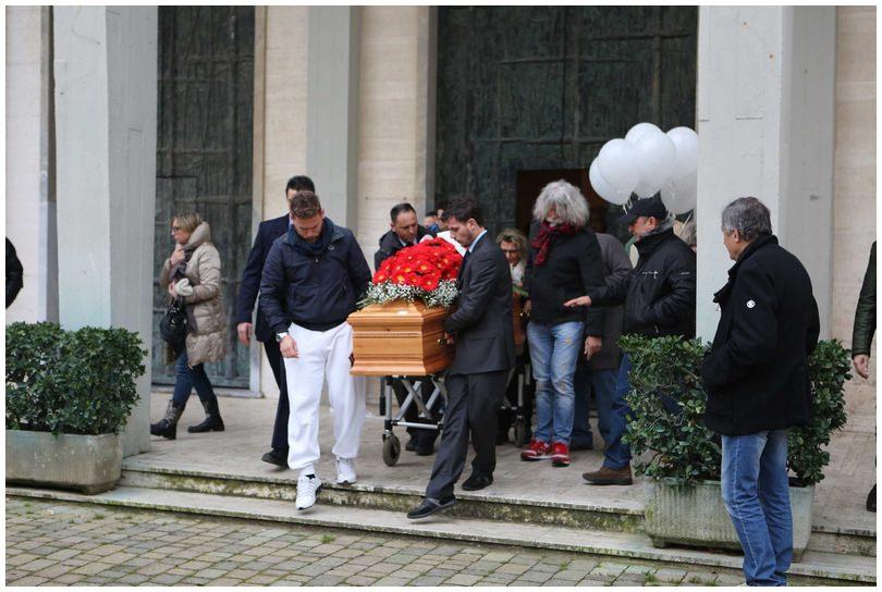 """""""Ciao Valentina"""". Palloncini bianchi per dire addio alla giovane mamma. La famiglia: """"Vogliamo sapere cosa è successo"""" (foto)"""