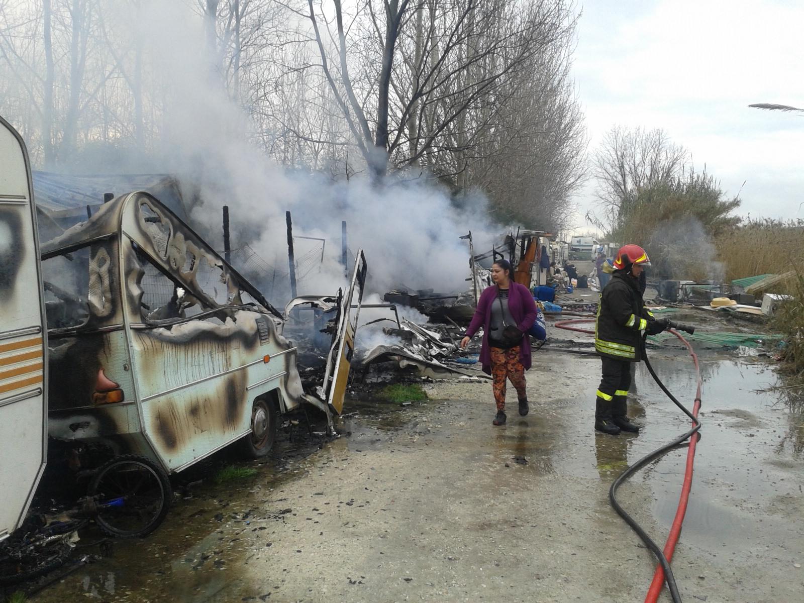 Incendio al campo nomadi di Torre del Lago, distrutte sei roulotte (video)