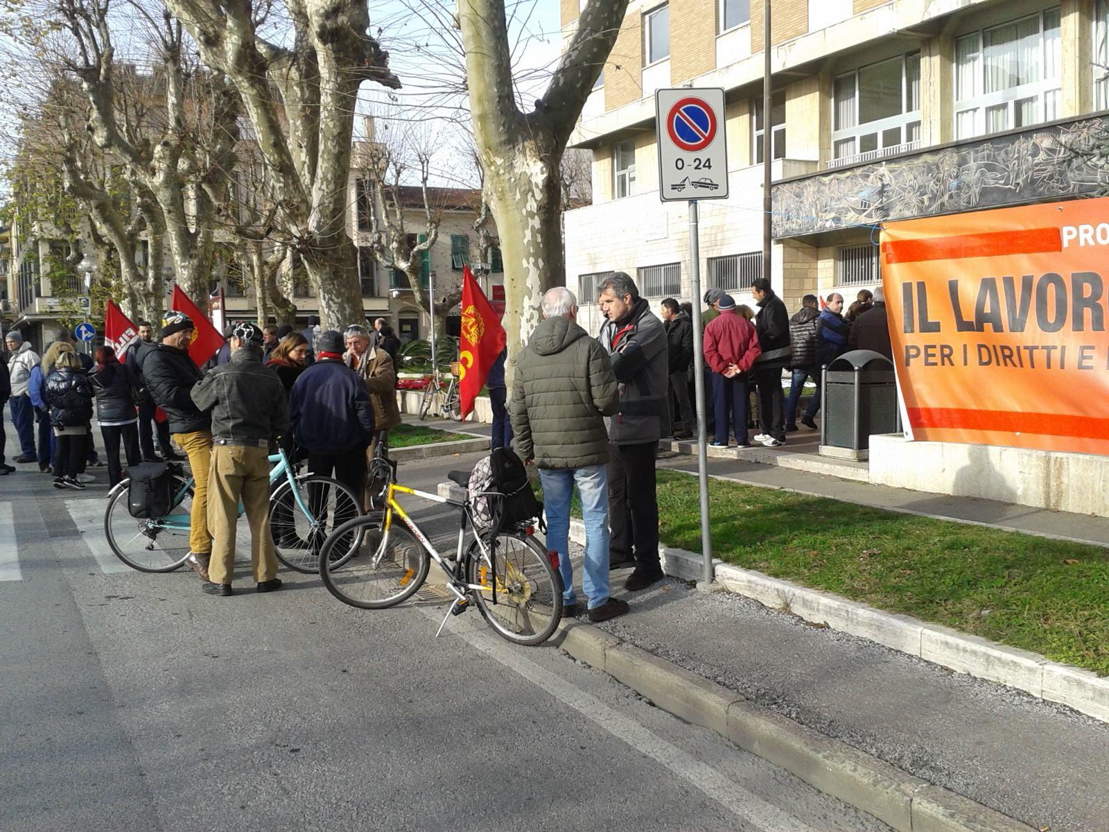 """I lavoratori di Polo Nautico protestano davanti al Comune: """"Cosa aspettate a decidere?"""""""