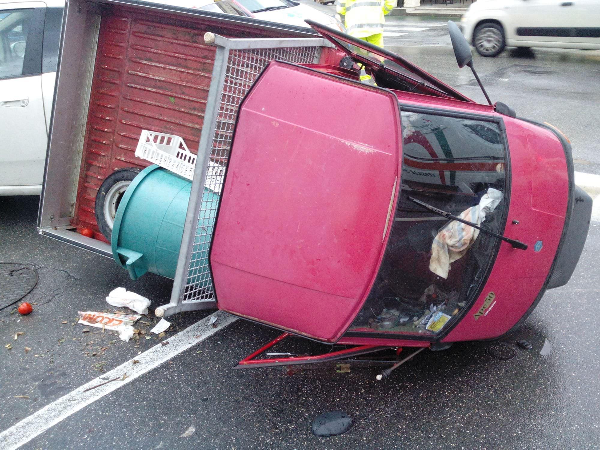 Incidente in via Italica, rilbaltato Ape Piaggio (foto)