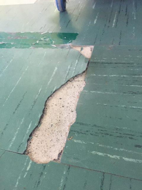 """""""Filtri sporchi e pavimento deteriorato alla scuola di Piano di Mommio"""" (foto)"""