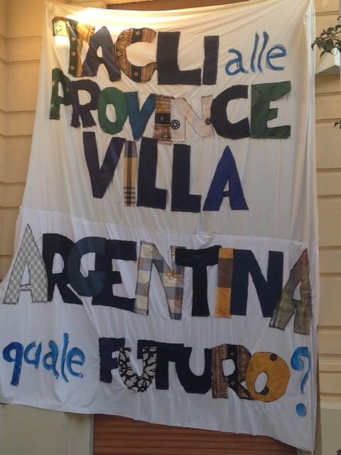 """Nuovo striscione a Villa Argentina: """"Che fine farà con i tagli alle Province?"""""""