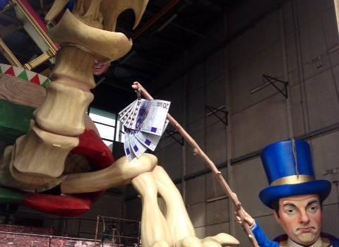 Renzi illude la tartaruga Italia, il carro di Avanzini per il Carnevale di Viareggio 2015