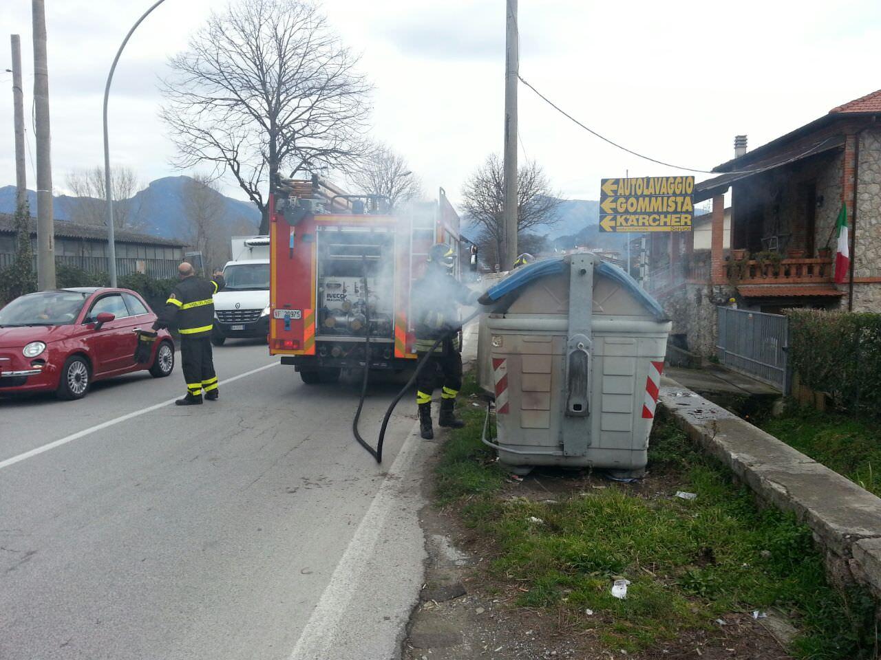 In fiamme un cassonetto, intervengono i pompieri (foto)