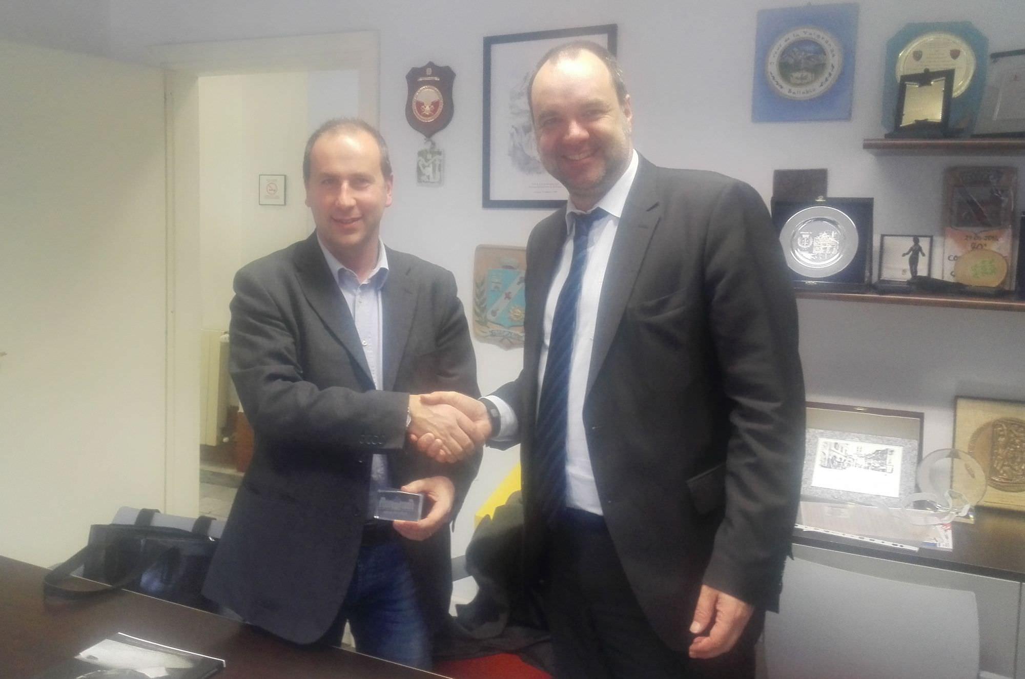 Il Sindaco di Stazzema Maurizio Verona accoglie il deputato del Parlamento tedesco Matthias Schmidt
