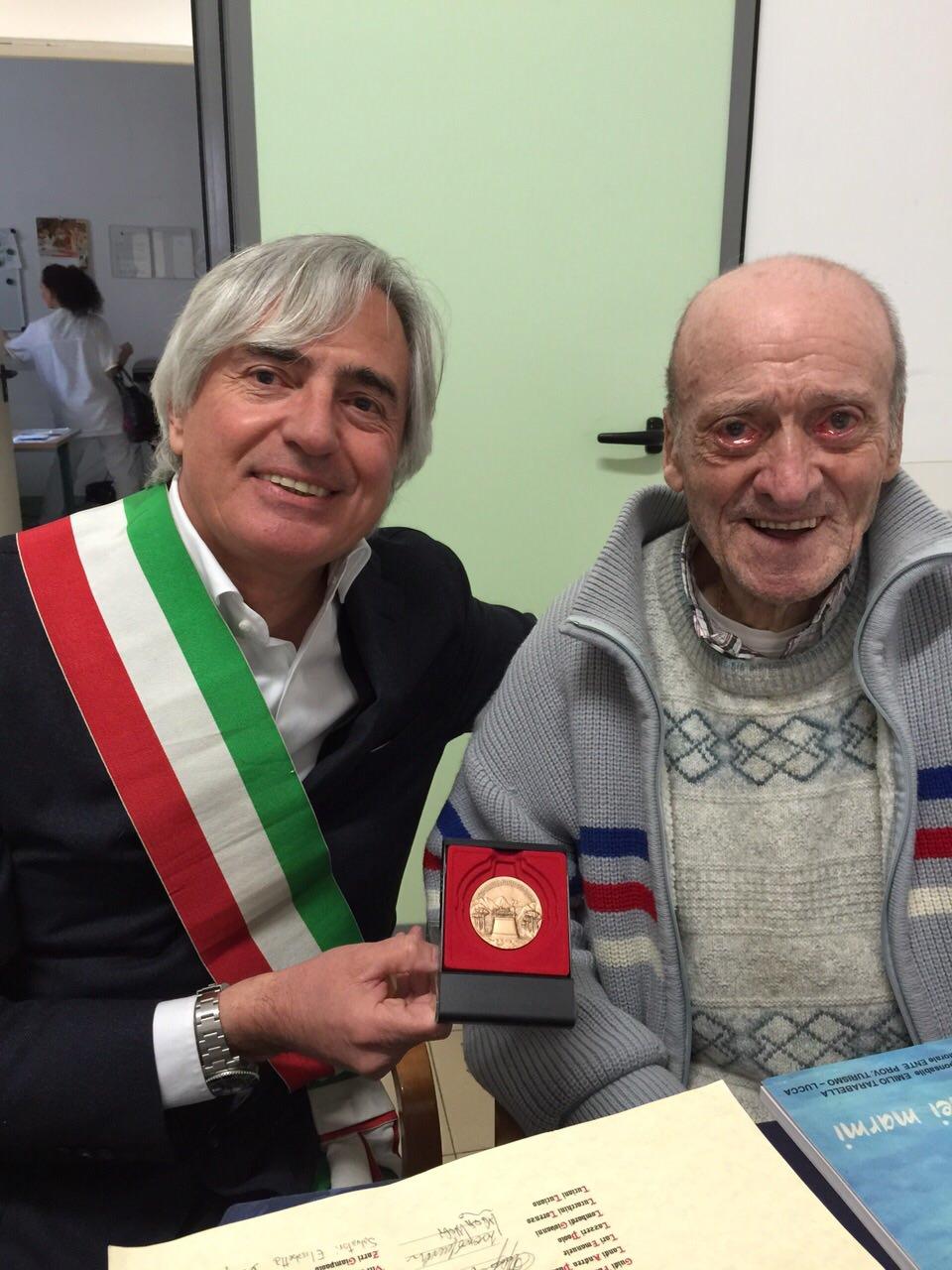 Il sindaco consegna l'attestato all'ex consigliere Barberi
