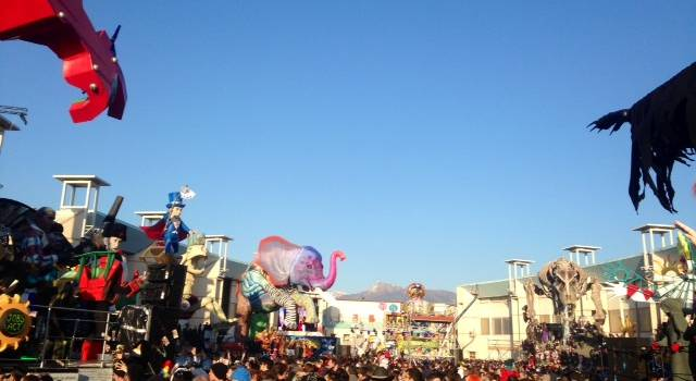 Mascheroni dei carri in vendita alla mostra-mercato alla Cittadella del Carnevale