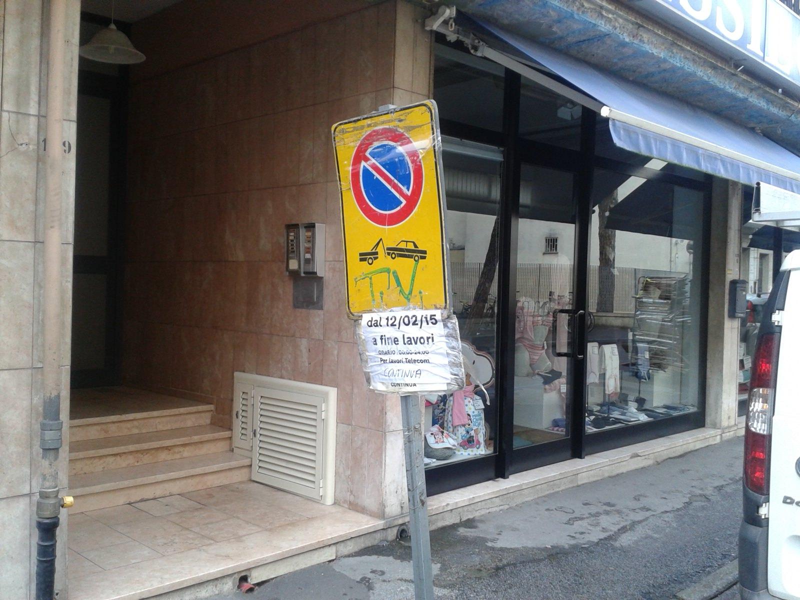 C'è il divieto di sosta ma i lavori non sono ancora iniziati, proteste in via Puccini