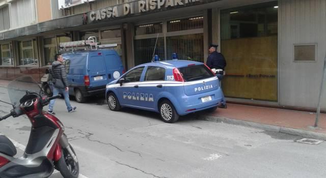 Armato di trincetto rapina la Cassa di Risparmio a Viareggio