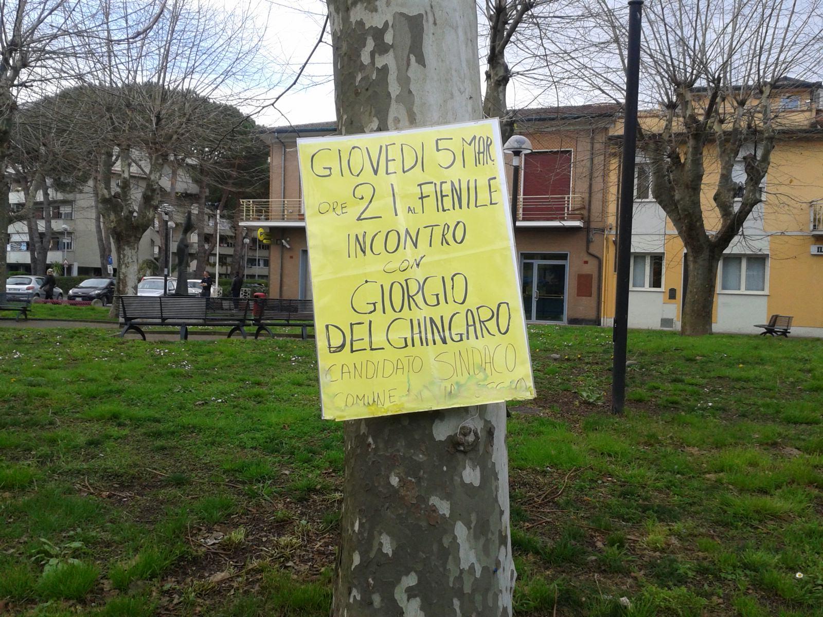 Cartello appeso all'albero da giorni per pubblicizzare un evento programmato un mese fa