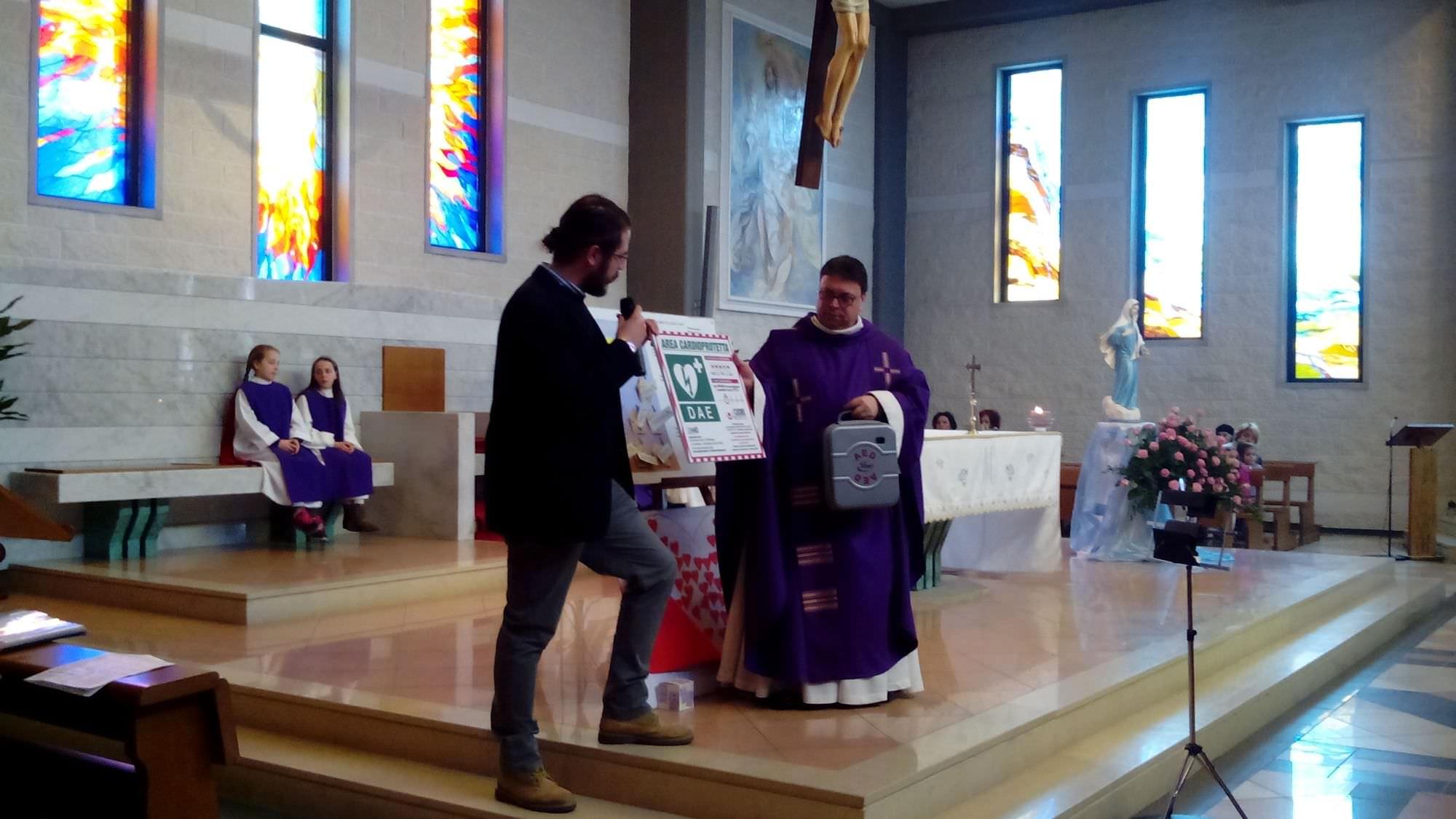 L'associazione Urano dona un defibrillatore alla parrocchia di Santa Rita