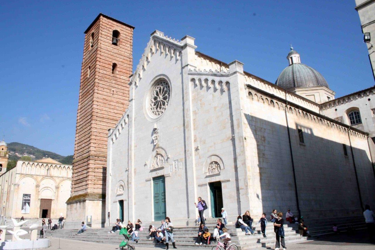 Pasqua e pasquetta a Pietrasanta, tantissima gente in centro e a Marina