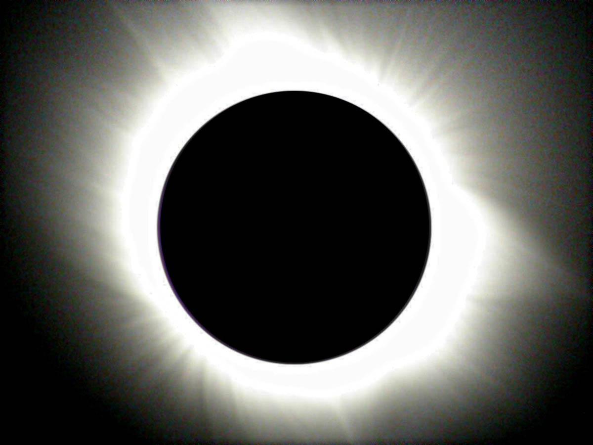 Naso all'insù e sguardo al cielo per l'eclissi solare di primavera