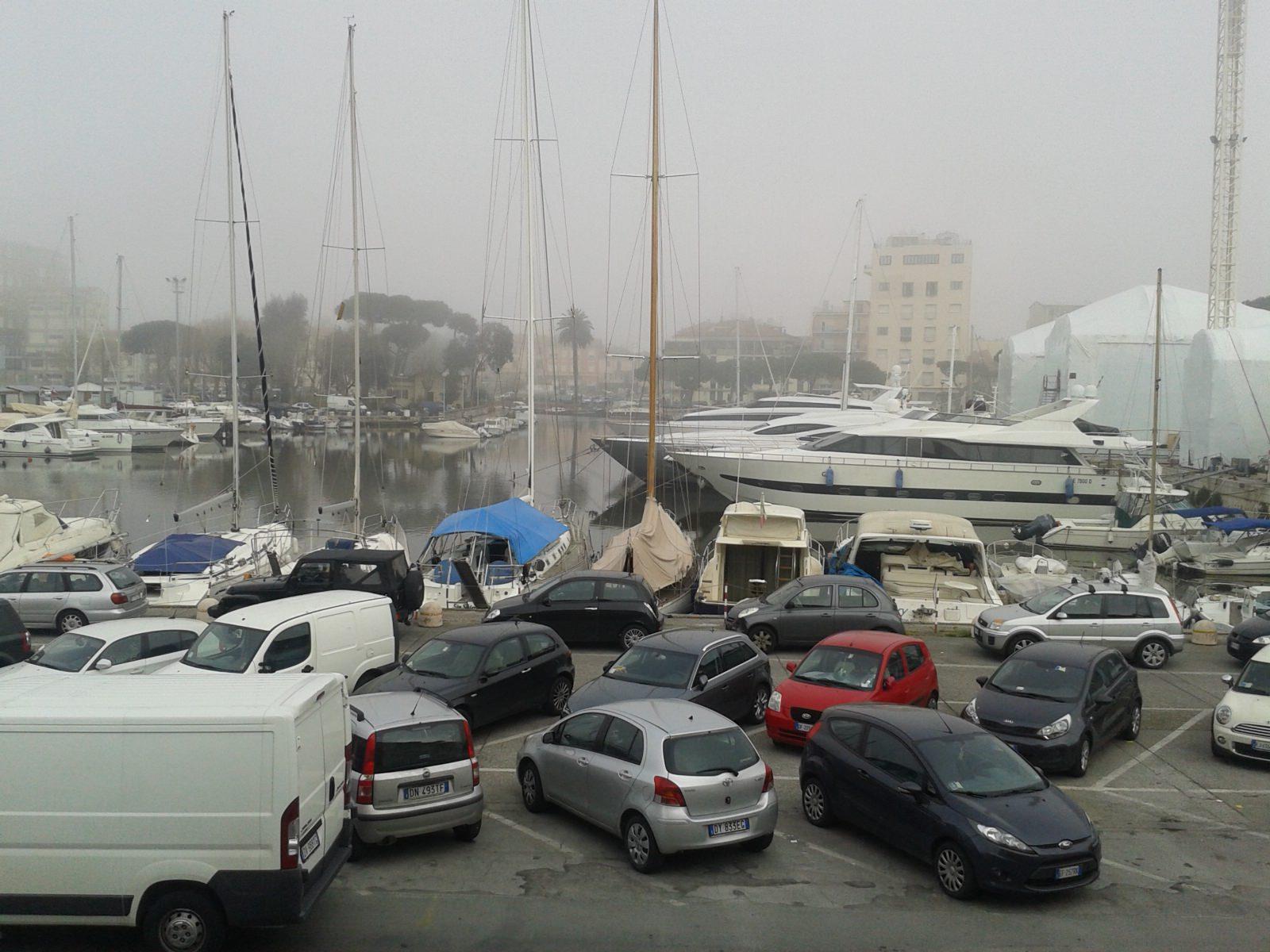 Il risveglio di Lido e Viareggio avvolte dalla nebbia