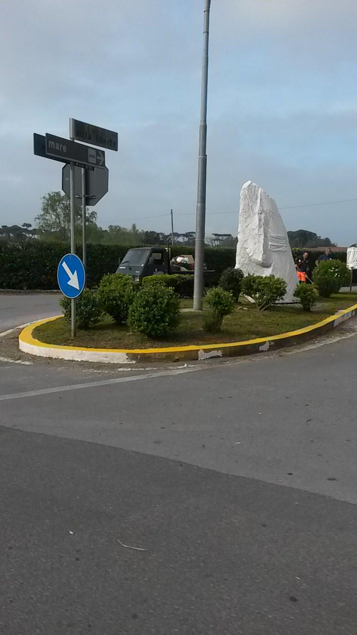 Cippo marmoreo e targa in bronzo in via della Libertà in memoria del porto di Motrone