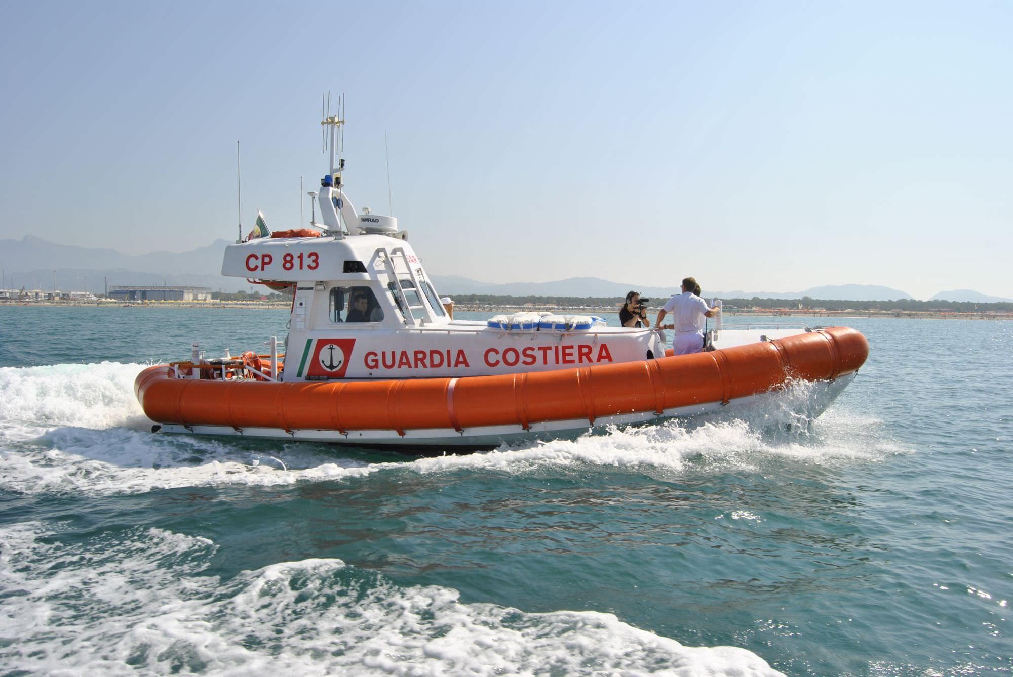 Esercitazione antincendio in porto con la Guardia Costiera di Viareggio