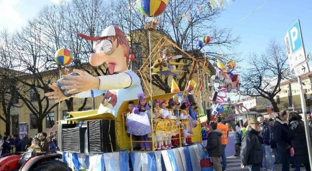 Carnevale a Pietrasanta. In tremila alla prima sfilata