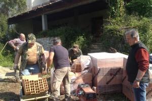 Via gli occupanti da villa Rontani, e i cittadini murano gli ingressi (le foto)