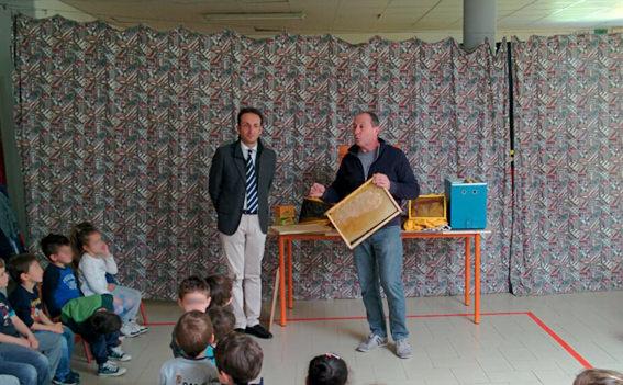 Apicoltura a scuola. Il sindaco Del Dotto in visita all'asilo di Vado