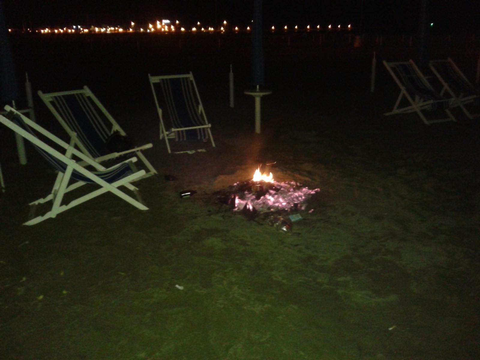 Gruppo di ragazzi incendia e danneggia uno stabilimento balneare della Passeggiata