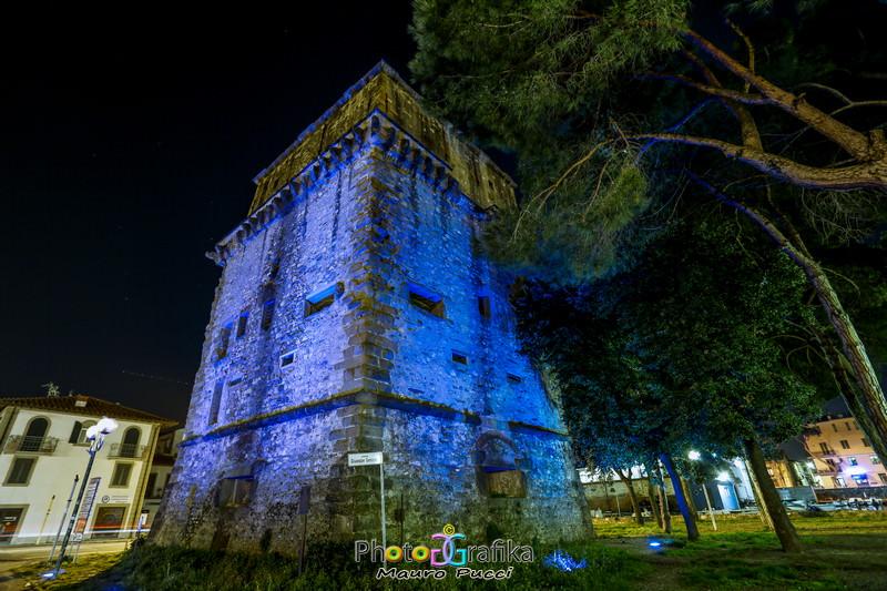 Torre Matilde illuminata di blu contro l'autismo