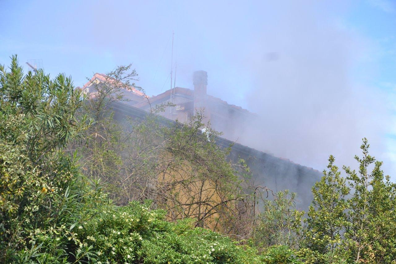 Lido di Camaiore, fiamme e fumo all'interno di Villa Benelli