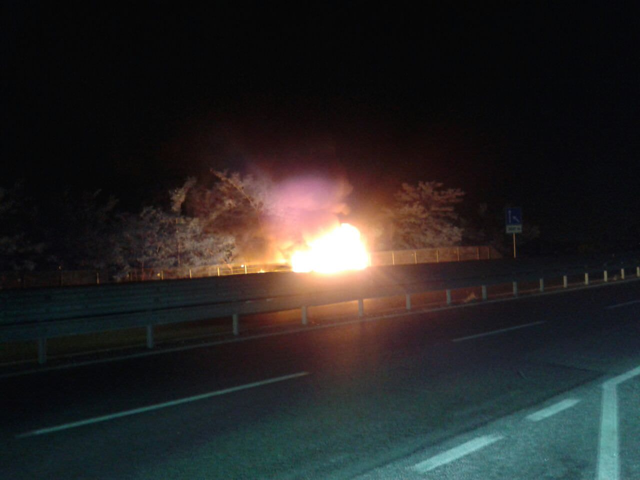 Automobile in fiamme sulla variante Aurelia, illeso il conducente