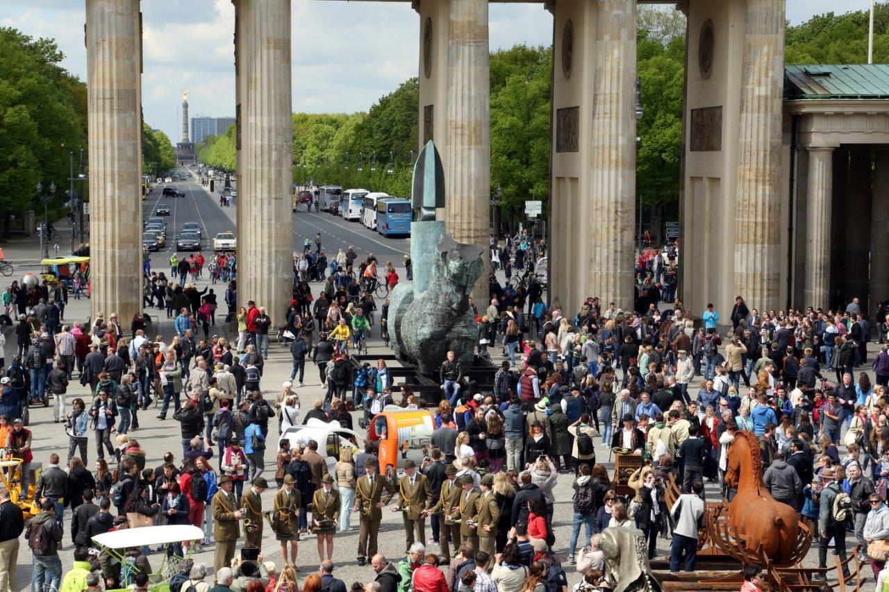 Un po' di Pietrasanta sotto la Porta di Brandeburgo. Con Aceves grande spettacolo d'arte a Berlino