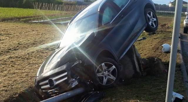 Perde il controllo dell'auto e finisce nel fossato (le foto)