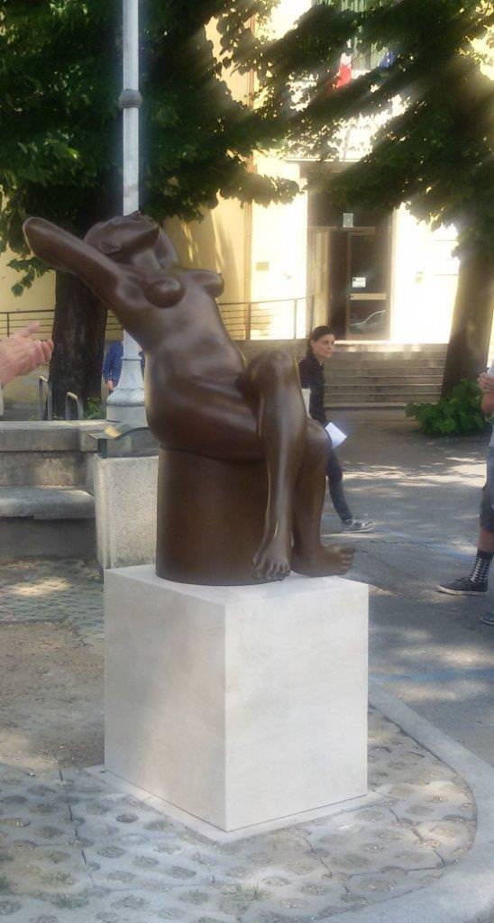 L'adoratrice del sole. Un'opera di Maria Gamundi in piazza Matteotti