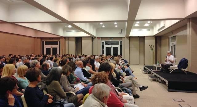 """""""Educare alla felicità"""". Successo per il seminario di Paolo Crepet a Lido"""