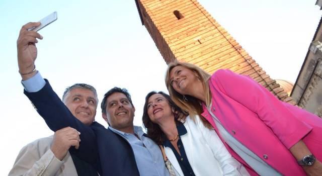 Selfie in piazza Duomo per Massimo Mallegni, Giovanni Toti e signore