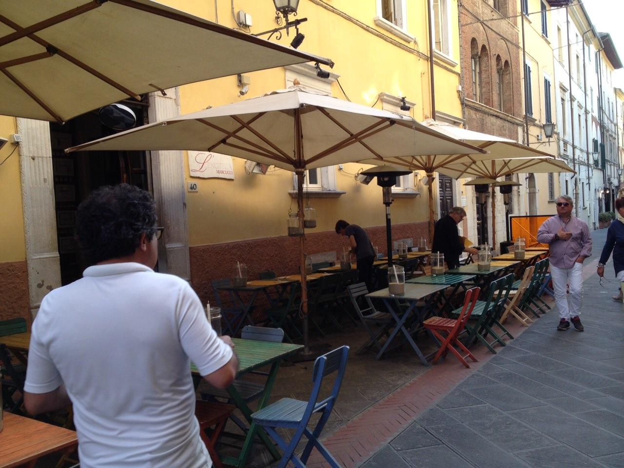 Dehors in inverno, il centro storico di Pietrasanta cambia volto