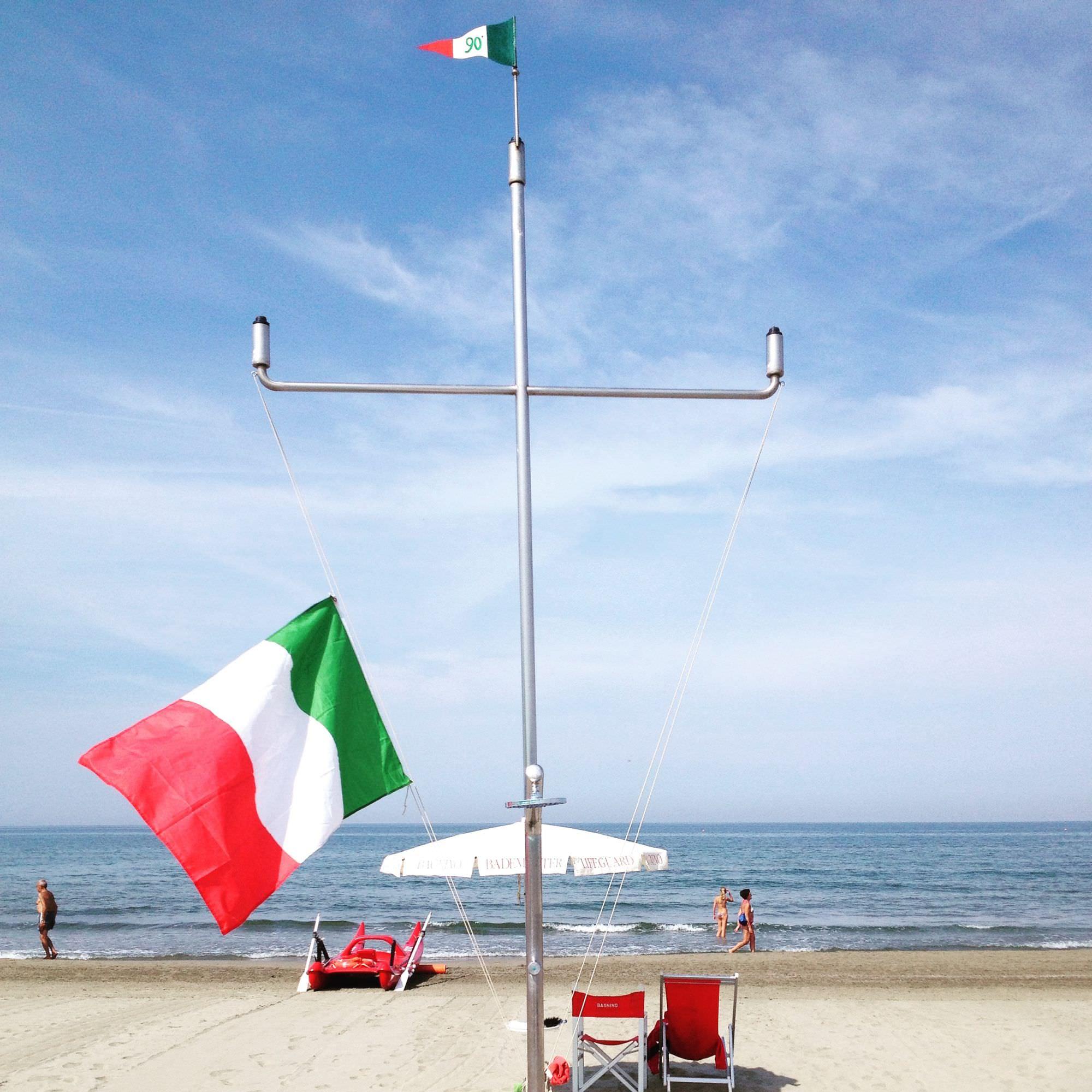 Sesto anniversario strage di Viareggio, bandiere a mezz'asta e lutto in spiaggia