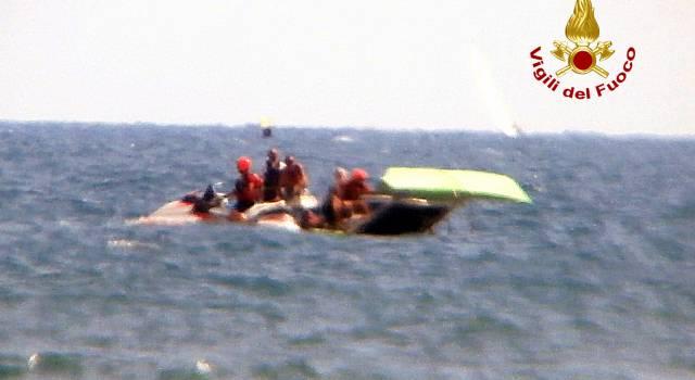 Avaria al catamarano, salvati dai vigili del fuoco