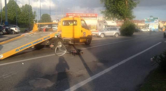 Incidente al Marco Polo, automobile investe signora in bicicletta