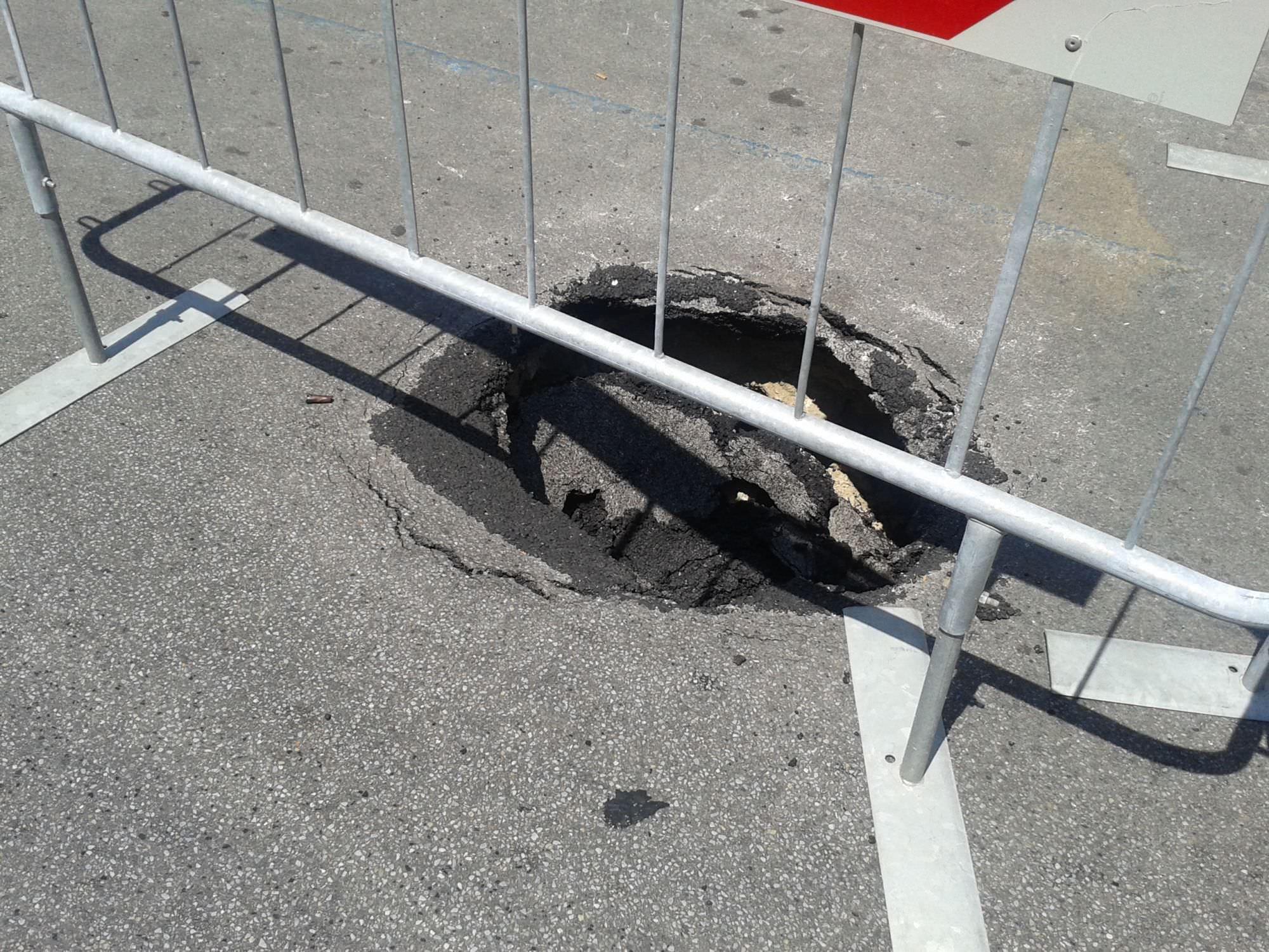 Ancora buche nell'asfalto nelle strade di Viareggio