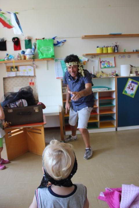 Visita ai due centri estivi di Pietrasanta. L'assessore Tartarini si traveste da Jack Sparrow