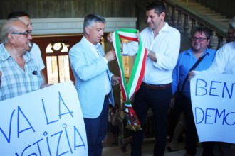 Foto consegna fascia da Mazzoni a Mallegni CP