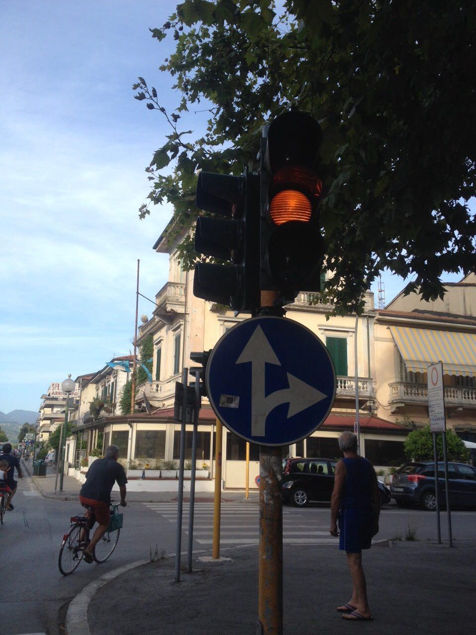 """Semaforo in tilt.  """"Ripristinare la segnaletica o mettere rotonda provvisoria"""