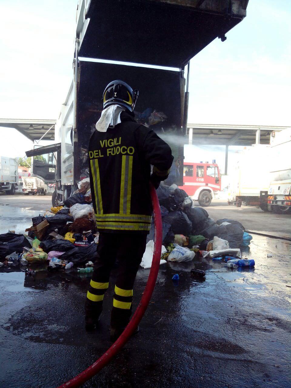 Camion della Sea prende fuoco all'interno del deposito