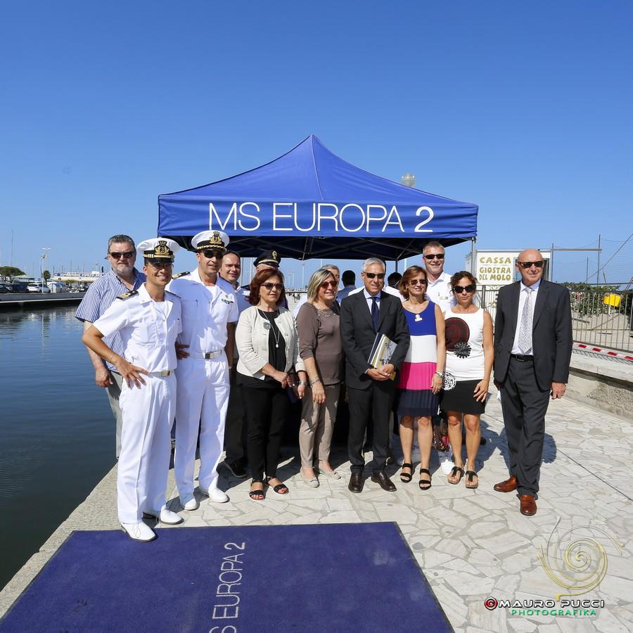 La nave da crociera con cinquecento turisti fa tappa a Viareggio (le foto)