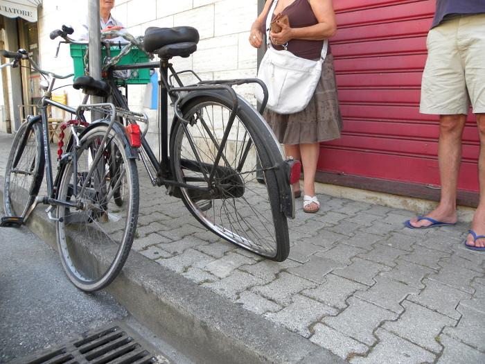 Ciclista (e il suo cane) investiti da una donna nel tratto ciclopedonale di via Fratti
