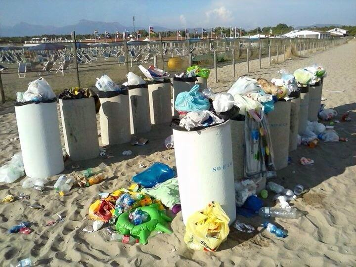 """""""La spiaggia di Torre del Lago è una discarica. A chi spettano controlli e pulizia?"""""""