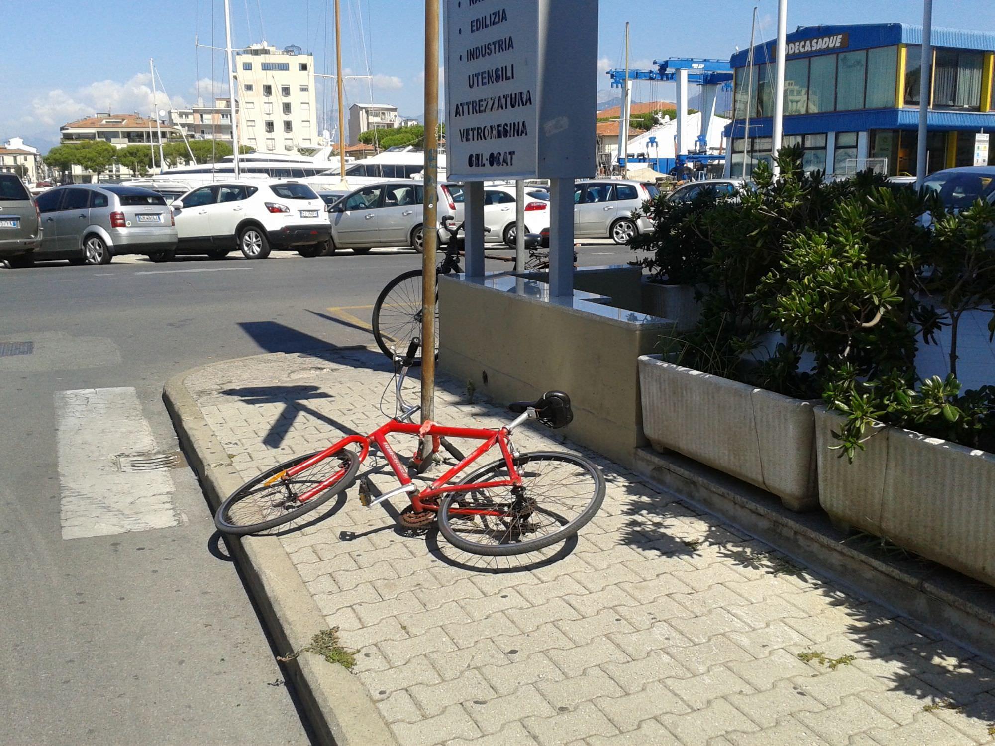 Biciclette legate ai pali della segnaletica stradale. Disagi a Viareggio