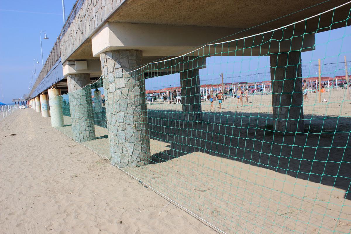 Installata la rete anti-bivacco nel sotto pontile di Tonfano