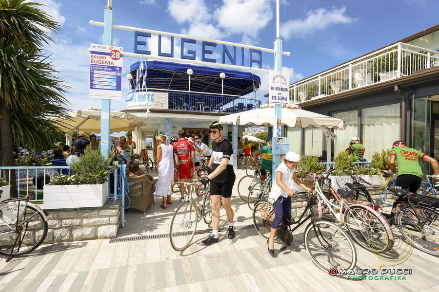 Tappa a lido per i ciclisti della corsa storica l 39 eroica life style - Bagno eugenia lido di camaiore ...