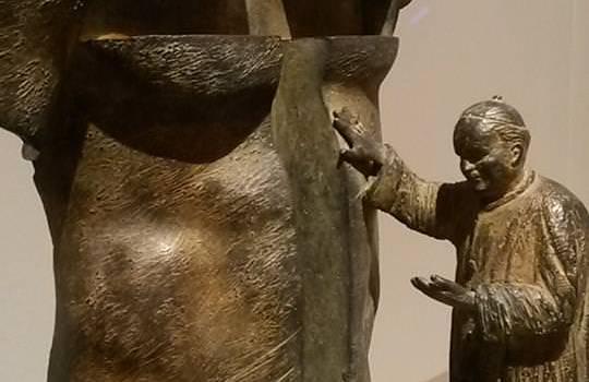 Il monumento delle polemiche su Giovanni Paolo II. A Spasso con Galatea