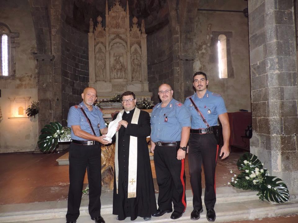 Ruba una statuetta sacra. I carabinieri la recuperano e la restituiscono al parroco